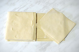 Нарезанное тесто на манты
