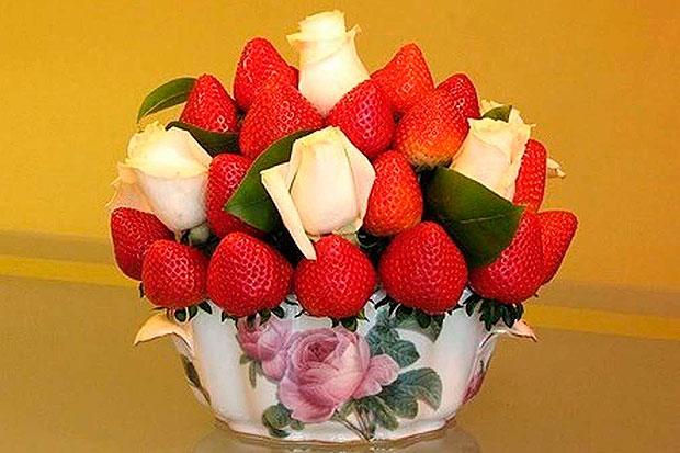 Букет из клубники с белыми розами