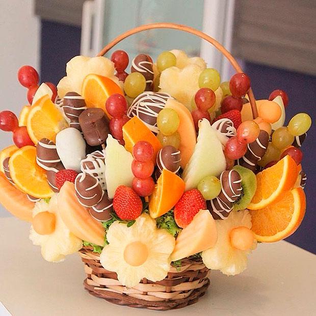 Композиция из фруктов и ягод