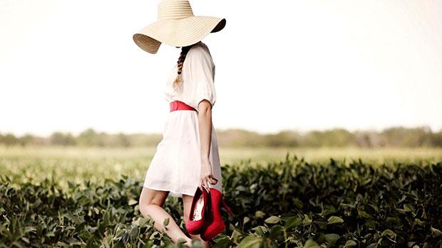 Одинокая девушка с обувью