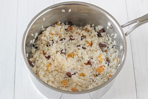 Рисовая каша на молоке с изюмом