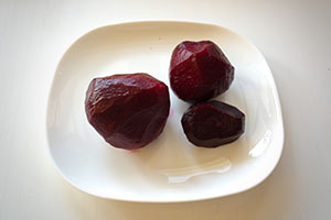 Постный салат из свеклы с арахисом и кунжутным маслом