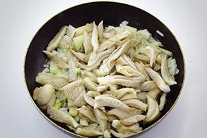 Омлет с грибами со сметаной на сковороде