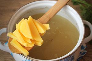 Приготовление супа с рисом и картошкой