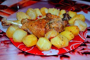 Запеченный картофель с куриной ножкой в духовке