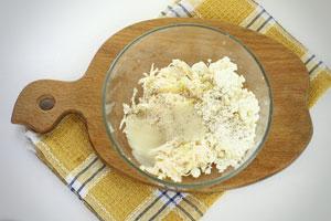 К сыру добавьте творог, приправы и чеснок