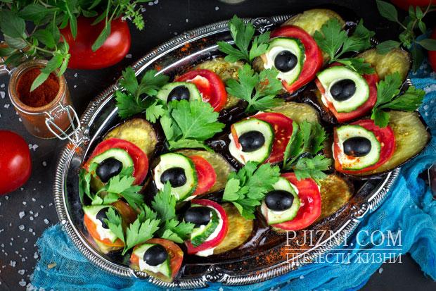 Закуска из баклажанов и свежих овощей фото