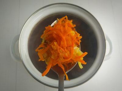 Этап приготовления перлового супа с грибами