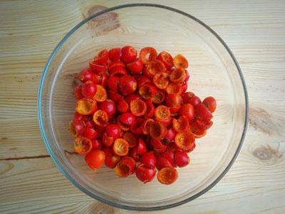 Очищенные ягоды шиповника